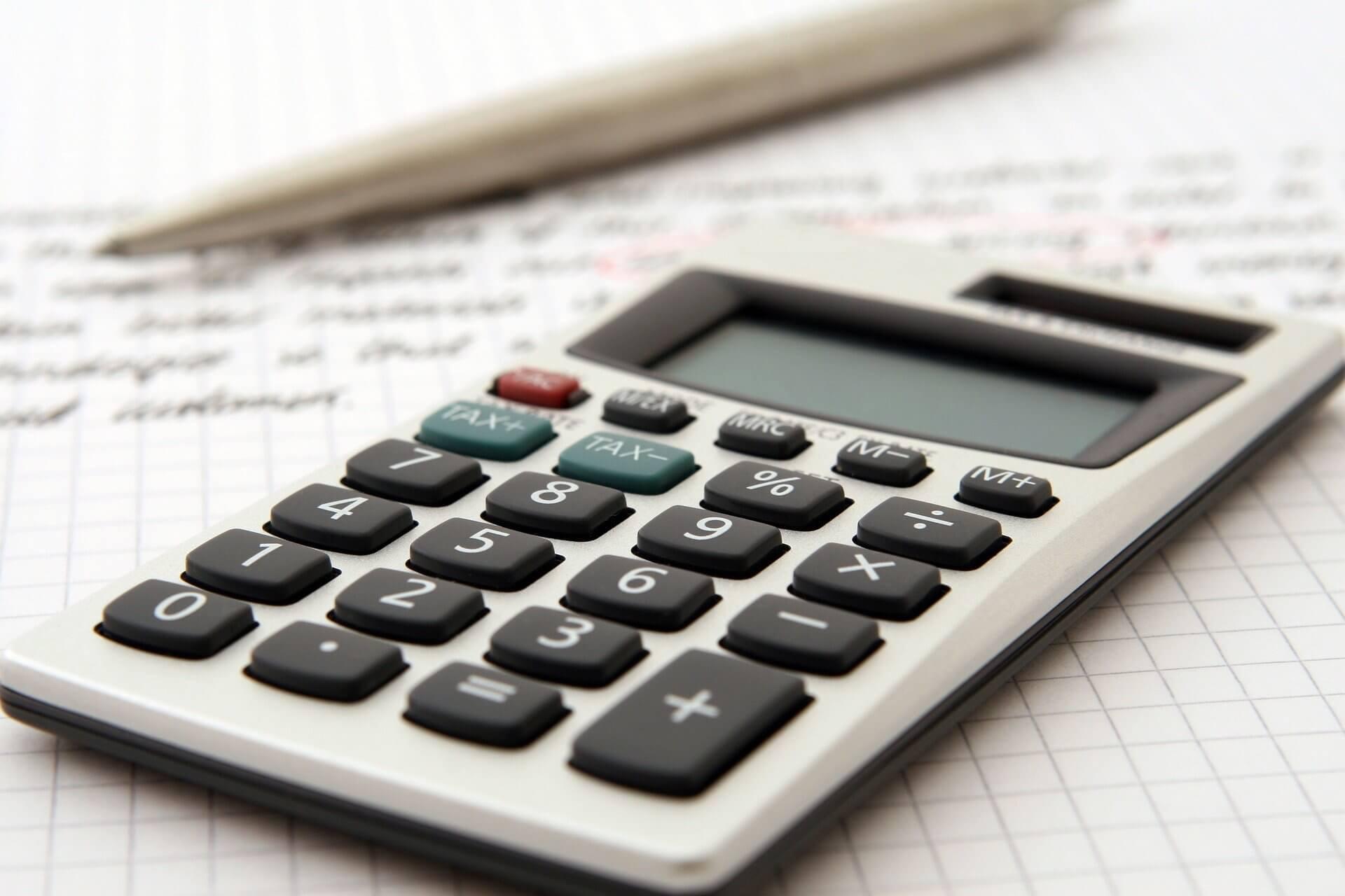 accountant-1238598_1920 店舗改修の費用を仕訳する際の勘定科目に関するポイントをご紹介します!