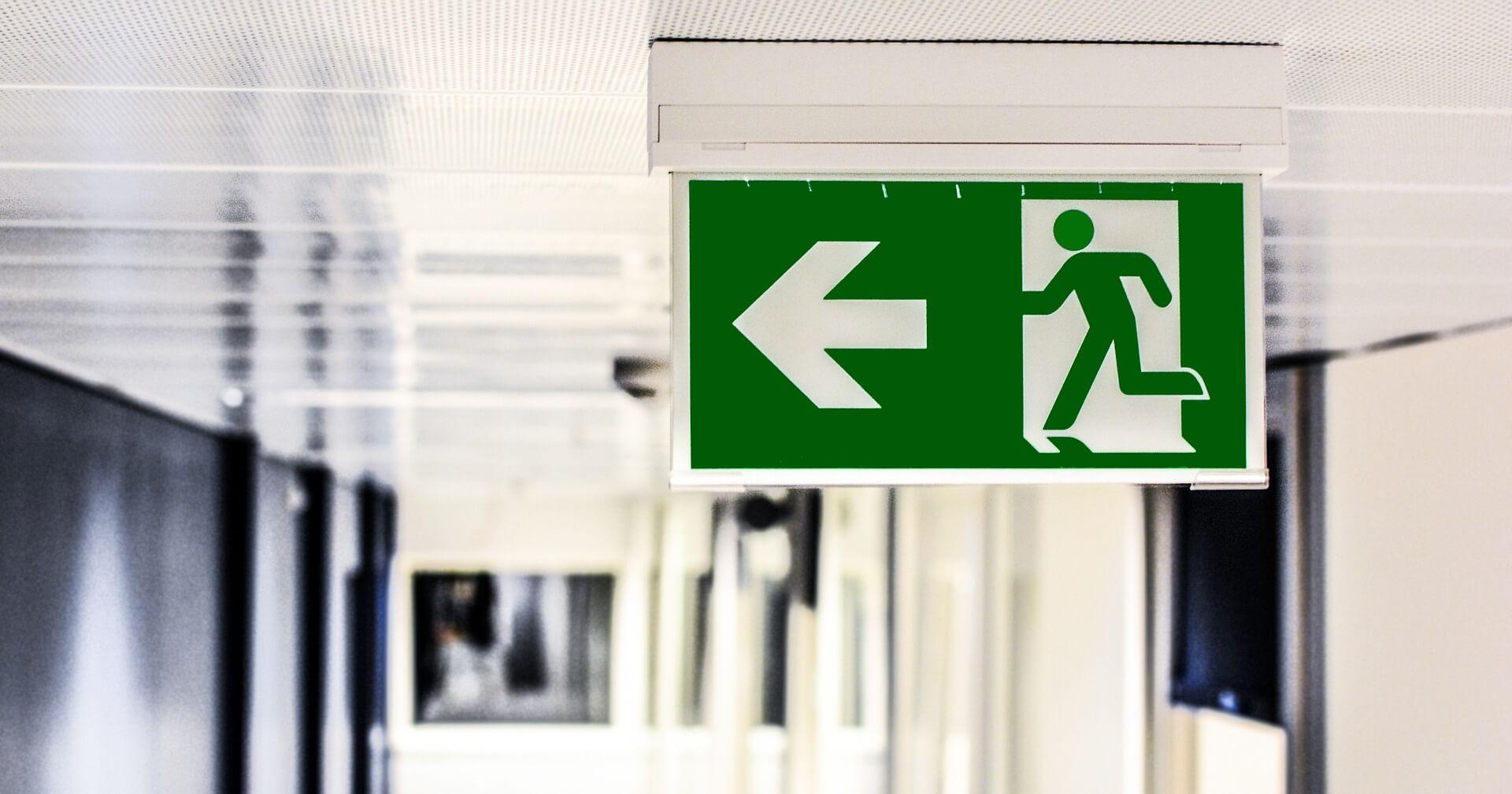 emergency-exit-1321134_1920 店舗改修をお考えの方必見!消防法や消防検査についてご紹介します!