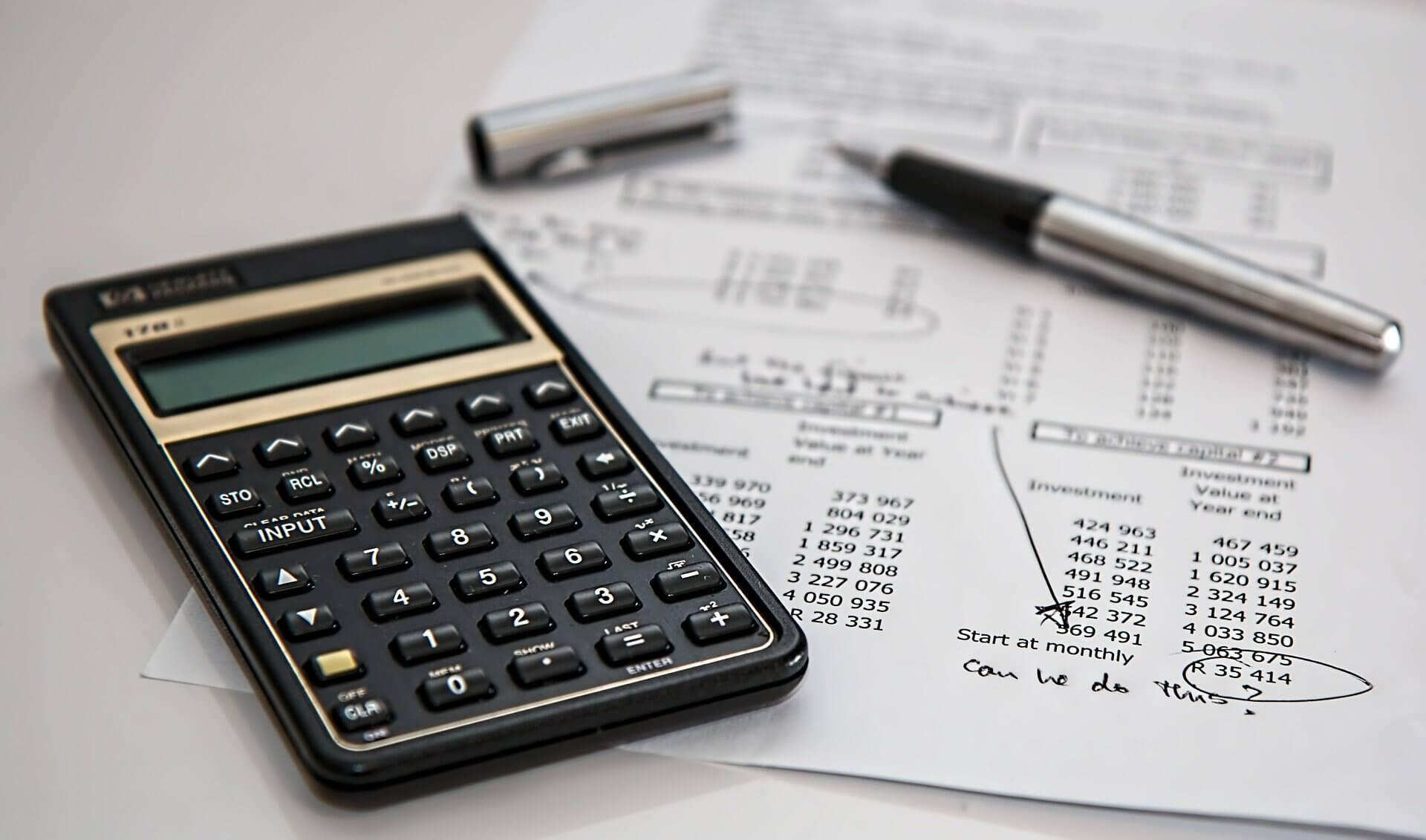 calculator-385506_1920 資産会計の処理の基本!店舗改装の耐用年数と減価償却を解説します!